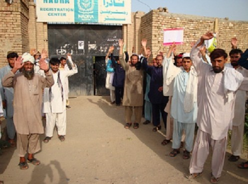 Residents stage protest at NADRA office in Tank | TNN