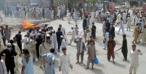 BANNU: Internally Displaced Persons (IDPs) from North Waziristan Agency protesting against mismanagement in food distribution at food point and blocked Kohat-Bannu road on Tuesday June 24, 2014. INP PHOTO